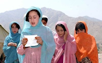 Jeunes filles musulmanes. Illustration. (Crédit : Forces armées américaines/Wikimedia Commons)