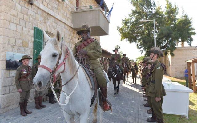 Les membres d'un défilé de cavalerie fort de dix chevaux qui a eu lieu lors d'une cérémonie de commémoration de la bataille pour la gare de Tzemach dans le nord d'Israël, le 23 octobre 2017 (Crédit : Michael Huri/KKL-JNF Photo Archive)