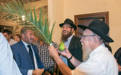 Les rabbins et les habitants locaux à l'événement organisé pour Souccot au Museo del Cedro (Musée Citron) à Santa Maria del Cedro. Le lulav est tenu par le rabbin Moshe Lazar (Crédit : Photographe Pino Lo Tufo/Autorisation de Angelo Adduci)