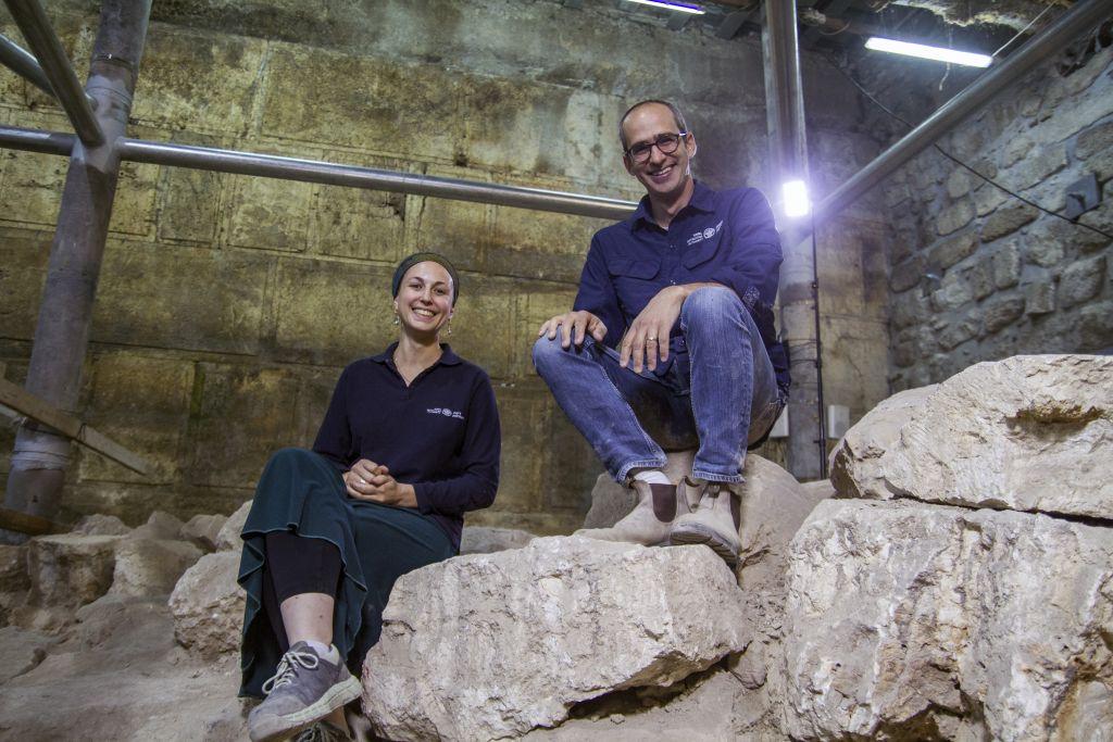 Joe Uziel et Tehila Lieberman, directeurs des fouilles de l'Autorité des Antiquités, sur le site de fouille de la Vieille Ville de Jérusalem, en octobre 2017. (Crédit : Yaniv Berman/Autorité israélienne des Antiquités)