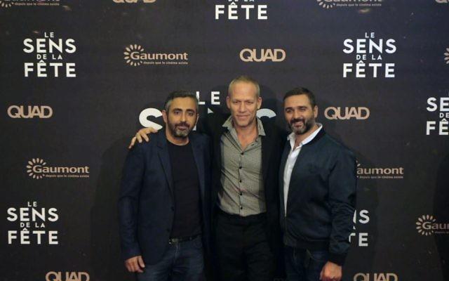 """Eric Toledano et Olivier Nakache avec le musicien Avishai Cohen lors de l'avant-première au Grand Rex du """"Sens de la fête"""", le 26 septembre 2017. (Crédit : Gaumont)"""