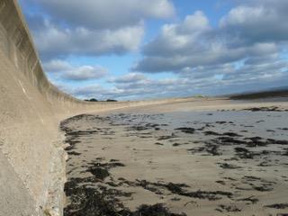 Un mur anti-tank à Longis Bay, sur l'île britannique d' Alderney. (Crédit : Marcus Roberts)