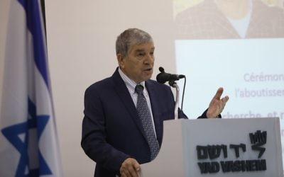 Avner Shalev, président de Yad Vashem le 26 octobre 2017 de la cérémonie célébrant l'achèvement du rassemblement du nom des victimes de la Shoah en Hongrie (Crédit: Courtesy of Noam Revkin Fenton / Yad Vashem)