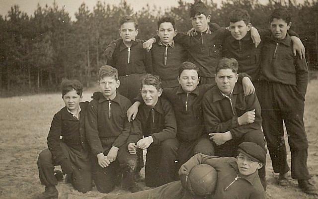 Une équipe de football formée par les enfants juifs sauvés par Truus Wijsmuller à Bergen aan Zee, en Hollande, en 1939. Arthur Adler se trouve tout à droite (Autorisation : Arther Adler)