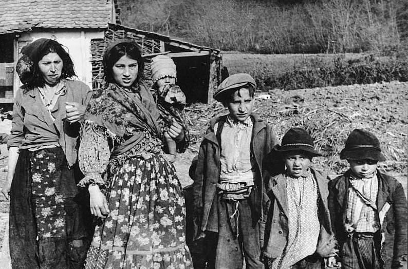 Des femmes et des enfants roms à Agram, en Croatie, durant la Shoah en 1941 (Crédit : Bundesarchiv Bild)