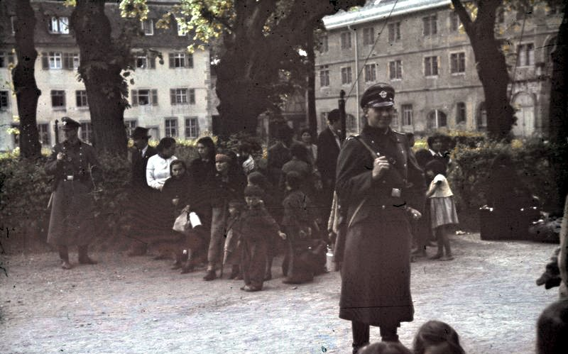 Des familles roms attendent la déportation sous garde armée à Asperg, en Allemagne, durant la Shoah. (Crédit : Bundesarchiv Bild)