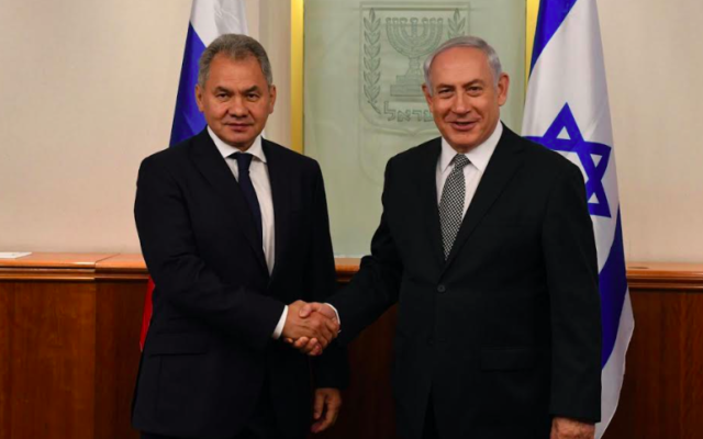 Benjamin Netanyahu (d) et Sergueï Choïgou, le 17 octobre 2017 à Jérusalem (Crédit : Haim Zach/GPO)