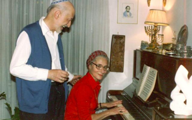 André Neher et son épouse René Rina Neher-Bernheim dans leur appartement de Jérusalem ouvert à tous. (Crédit : autorisation