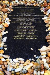 La pierre tombale en l'honneur de Raoul Wallenberg dans la synagoguee de Budapest (Crédit : Stéphanie Bitan/Times of Israël)