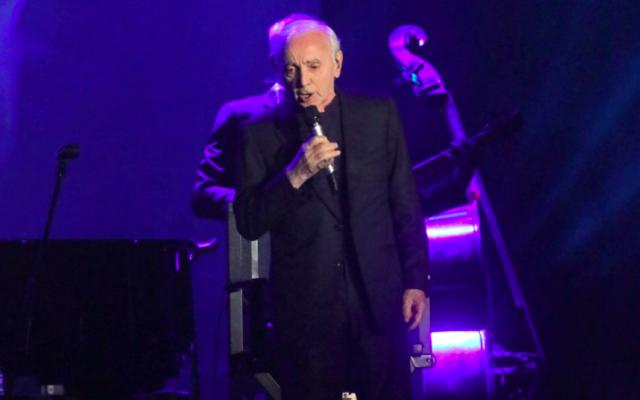 Charles Aznavour en concert à Tel Aviv, le 29 octobre 2017. (Crédit : Sivan Fagar)