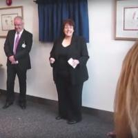 La députée travailliste Rosie Cooper à l'ouverture du centre médical du West Lancashire, au Royaume Uni en février 2010 (Crédit : Capture d'écran YouTube)