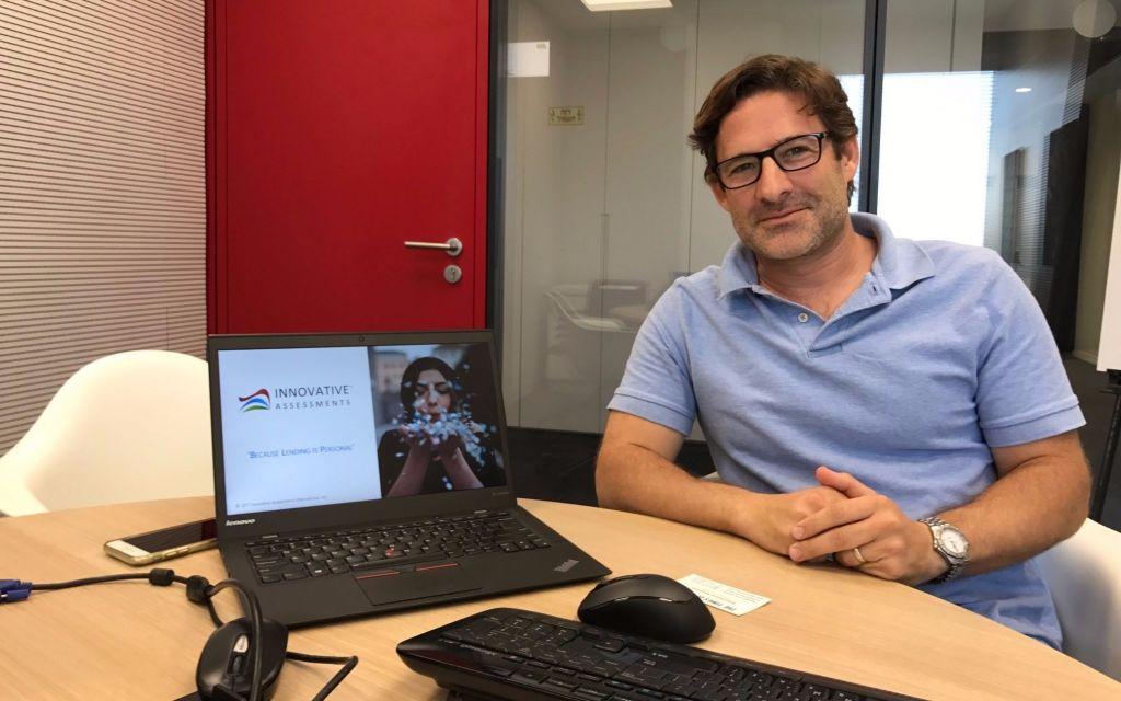 Saul Fine, fondateur et PDG d'Innovative Assessments (IA), dans l'accélérateur de Citi à Tel Aviv. (Crédit :Shoshanna Solomon/Times of Israël)