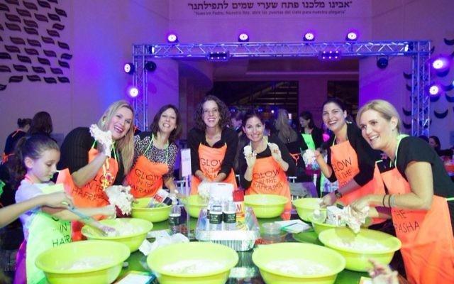 Des femmes réunies au Costa Rica pour préparer des 'hallot, dans le cadre du Shabbat mondial 2017. (Crédit : Shabbat Project via JTA)
