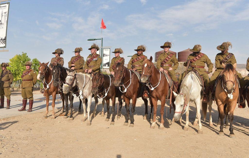 Un grand nombre d'aborigènes a rejoint les unités de cavalerie de l'ANZAC - qui sont commémorées ici durant une cérémonie organisée le 23 octobre 2017 à l'ancienne gare routière de  Tzemach - même s'ils avaient été obligés de mentir sur leurs origines pour s'enrôler (Crédit : Michael Huri/KKL-JNF Photo Archive)