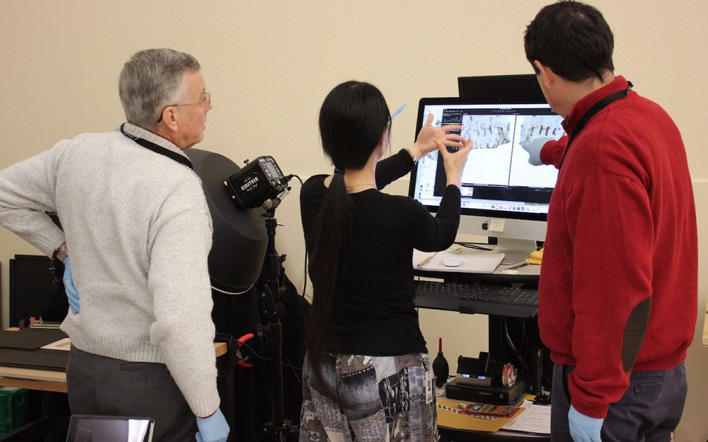Les spécialistes utilisent un équipement d'imagerie de pointe pour étudier un papyrus de la collection du musée (Musée de la Bible)