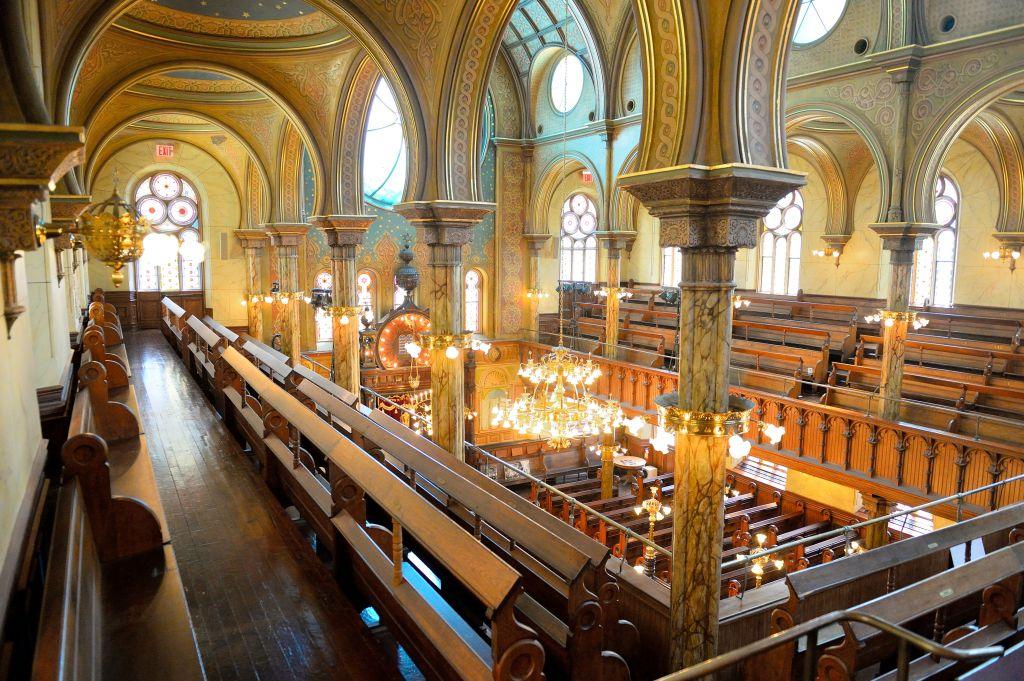 Vue depuis le balcon de la synagogue de la rue Eldgridge de New York. (Crédit : Dan Creighton)