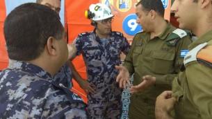 Membres des équipes de secours israélienne et palestinienne pendant un exercice international de préparation aux catastrophes naturelles, en Israël, le 24 octobre 2017. (Crédit : ministère israélien des Affaires étrangères)