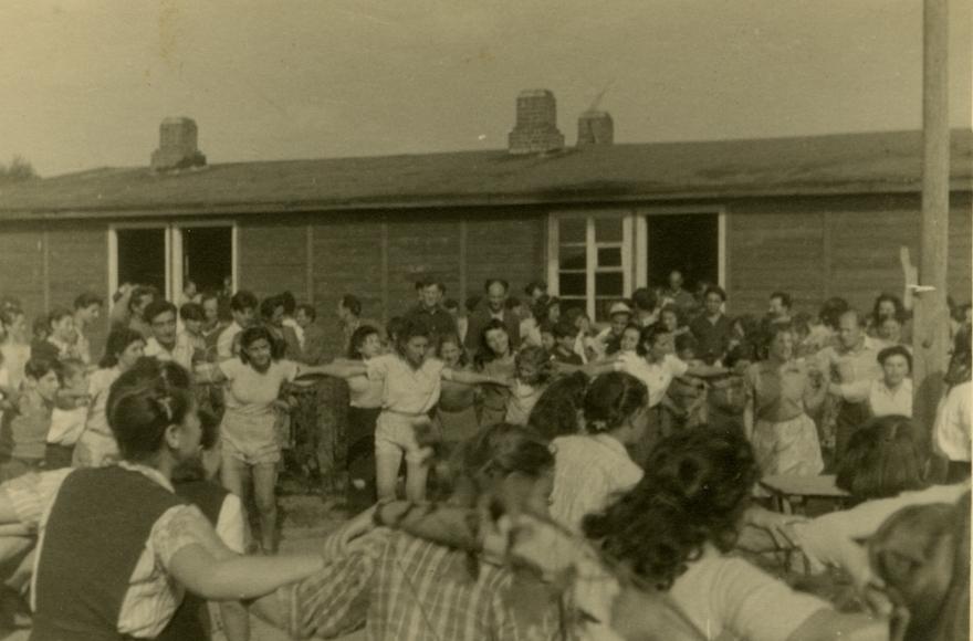 Des Juifs dansant dans un camp de personnes déplacées en Allemagne, au mois de septembre 1947 (Crédit : Robert Gary/via JTA)