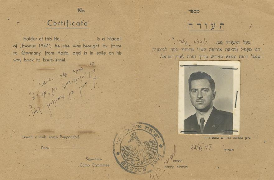 Une photo en 1947 du faux certificat identifiant Robert Gary comme un passager du SS Exodus. (Autorisation de la société de vente aux enchères /via JTA)