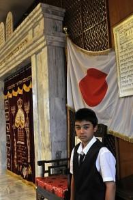 Un garçon juif se prépare pour sa bar mitzvah à la synagogue de Kobe au Japon, le 26 juin 2009, (Crédit : Serge Attal / Flash 90)
