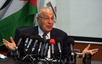 Nabil Shaath devant la presse dans la ville de Ramallah, en Cisjordanie, le 1er octobre 2011 (Crédit : Issam Rimawi/Flash 90)