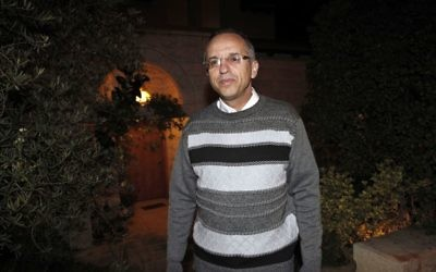 Noam Solberg, juge de la Cour suprême, devant sa maison de l'implantation d'Alon Shvut, en Cisjordanie, en janvier 2012. (Crédit : Uri Lenz/Flash90)