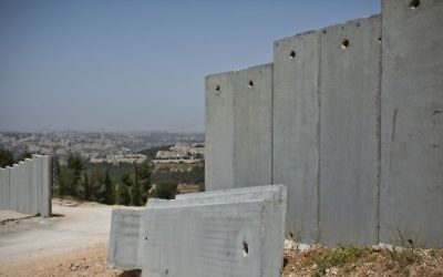 Une portion de la barrière de sécurité qui sépare la Cisjordanie d'Israël pendant sa construction à proximité de Jérusalem (Crédit :  Noam Moskowitz/Flash90)
