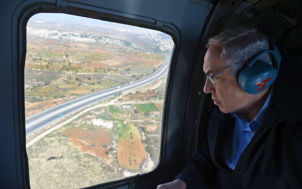 Le Premier ministre Benjamin Netanyahu lors d'un vol en hélicoptère, dans le cadre d'une visite de la région de Gush Etzion et de la brigade Etzion de l'armée israélienne, le 23 novembre 2015. (Haim Zach/GPO)