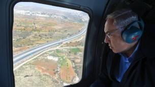 Le Premier ministre Benjamin Netanyahu se rend en hélicoptère au bloc d'Etzion en Cisjordanie le 23 novembre 2015 (Crédit : Haim Zach/GPO)