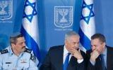 Roni Alsheich, à gauche, le chef de la police, le Premier ministre Benjamin Netanyahu, au centre, et Gilad Erdan, ministre de la Sécurité intérieure, pendant une cérémonie en l'honneur d'Alsheich dans les bureaux du Premier ministre à Jérusalem, le 3 décembre 2015. (Crédit : Miriam Alster/Flash90)