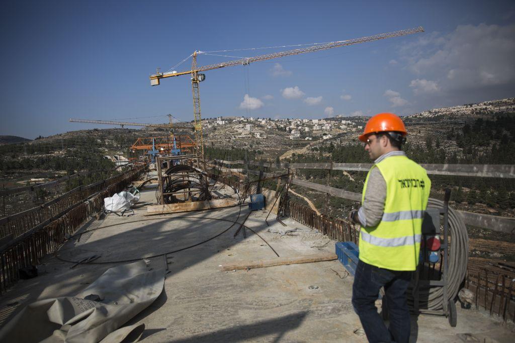La construction d'un pont à Emek Haarazim, à l'extérieur de Jérusalem, pour la ligne à grande vitesse qui reliera Jérusalem à Tel Aviv, le 20 décembre 2015 (Crédit : Hadas Parush/Flash90)