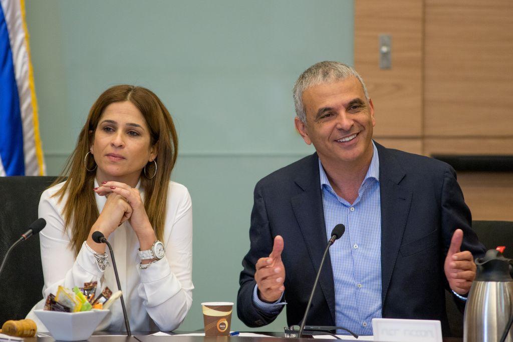 Merav Ben Ari, députée de Koulanou, à gauche, et Moshe Kahlon, ministre des Finances, à la Knesset, le 23 mars 2016. (Crédit : Yonatan Sindel/Flash90)