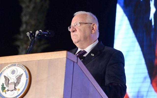 Le président Reuven RIvlin assiste aux célébrations de la fête de l'indépendance américaine à la résidence de l'ambassadeur des États-Unis en Israël à Herzliya,  le 30 juin 2016 (Crédit : Mark Neyman / GPO / Flash90)