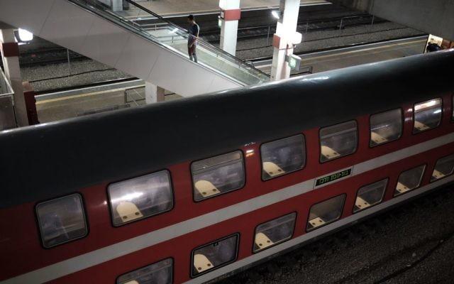 Un train à double étage dans la gare centrale de Savidor, à Tel Aviv (Crédit : Tomer Neuberg/Flash90)