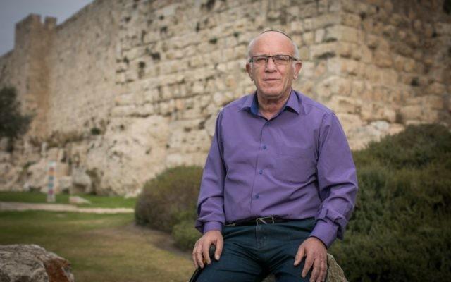 Pinchas Wallerstein près des murs de la Vieille Ville de Jérusalem, 29 novembre 2016 (Crédit : Yonatan Sindel / Flash90)