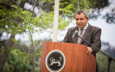 Zeev Elkin, ministre de Jérusalem, pendant une cérémonie d'hommage aux vétérans de la guerre des Six Jours sur la Colline des Munitions de la capitale, pour le 50e anniversaire de la guerre de 1967, le 23 mai 2017. (Crédit : Hadas Parush/Flash90)