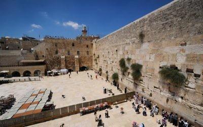 Une vue du mur Occidental dans la Vieille ville de Jérusalem, le 23 juin 2017 (Crédit : Mendy Hechtman/Flash90)