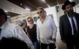 Kobi Peretz, au centre, avec son épouse, avant une audience devant la cour du district de Tel Aviv, le 28 juin 2017. (Crédit:Yonatan Sindel/Flash90)