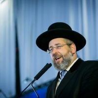 Le grand-rabbin ashkénaze d'Israël David Lau lors d'une cérémonie spéciale pour les nouveaux immigrants d'Amérique du Nord au nom de l'organisation Nefesh BNefesh, à l'aéroport Ben Gurion dans le centre d'Israël le 15 août 2017 (Crédit : Miriam Alster / Flash90)