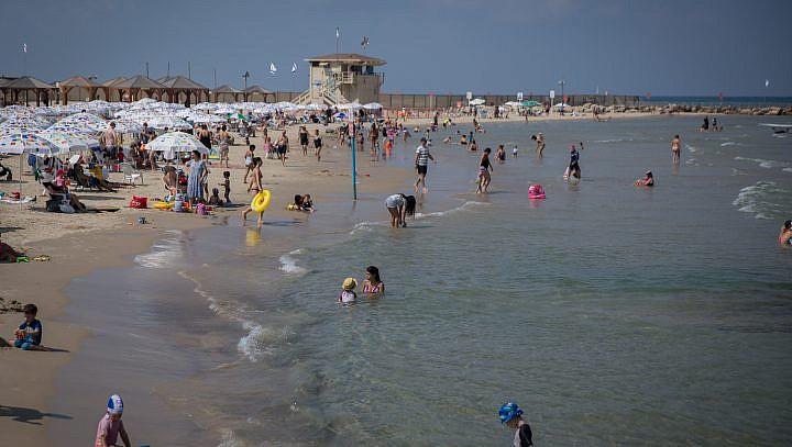 Les Israéliens profitent de la plage de Tel Aviv au mois d'août 2017 (Crédit : Miriam Alster/FLASH90)