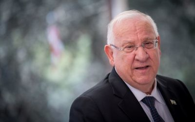 Le président Reuven RIvlin pendant la cérémonie de commémoration du premier anniversaire de la mort de Shimon Peres au mont Herzl, à Jérusalem, le 14 septembre 2017. (Crédit : Yonatan Sindel/Flash90)