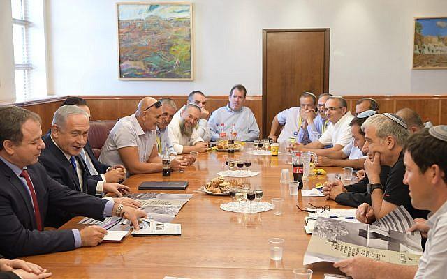Le Premier ministre Benjamin Netanyahu rencontre les chefs du Conseil de Yesha au bureau du Premier ministre de Jérusalem le 27 septembre 2017 (Crédit : Amos Ben Gershom/GPO)