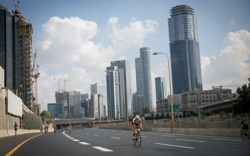 Cyclistes sur l'autoroute Ayalon vide de Tel Aviv, pendant Yom Kippour, le 30 septembre 2017. (Crédit : Miriam Alster/Flash90)