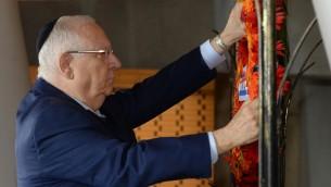 Le président Reuven Rivlin pendant la cérémonie officielle marquant les 44 ans de la guerre de Kippour, au cimetière militaire du mont Herzl à Jérusalem, le 1er octobre 2017. (Crédit : Mark Neyman/GPO)