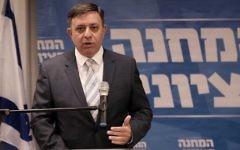 Avi Gabbay, dirigeant du parti travailliste, en conférence de presse dans les bureaux du parti à Tel Aviv, le 1er octobre 2017. (Crédit : Tomer Neuberg/Flash90)