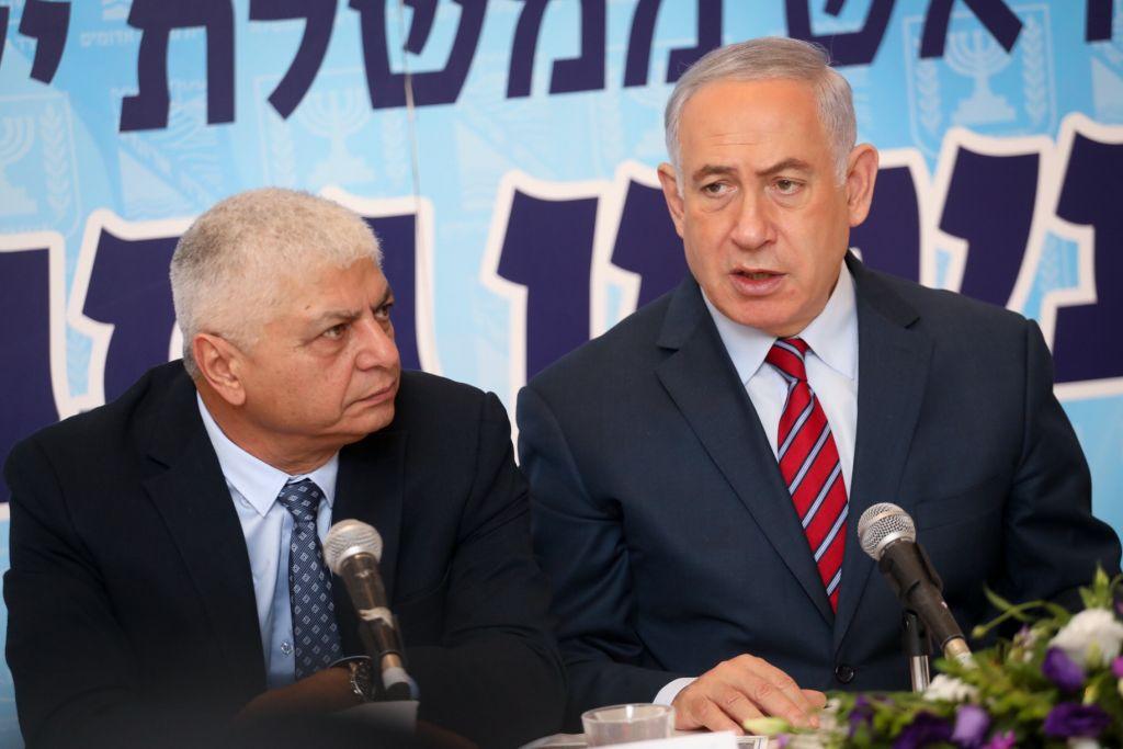 Le Premier ministre Benjamin Netanyahu, à droite, aux cotés du maire de Maale Adumim, Benny Kashriel, pendant une réunion du Likud dans l'implantation de Cisjordanie, le 3 octobre 2017. (Crédit : Hadas Parush/Flash90)