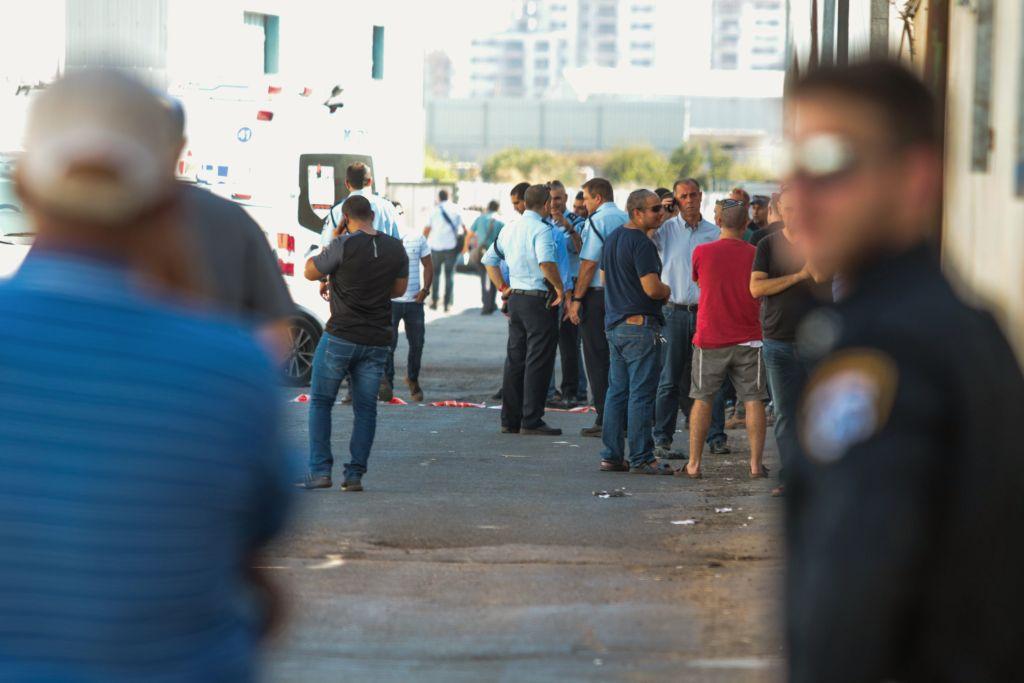La police sur les lieux de la découverte du corps de  Reuven Schmerling, de l'implantation d'Elkana, à  Kafr Qassem, le 4 octobre 2017. (Crédit : Roy Alima/Flash90)