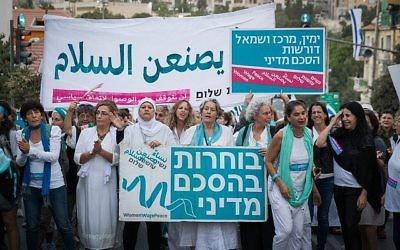 Les femmes du mouvement 'Women Wage Peace' participent à l'étape finale de leur voyage pour la paix à Jérusalem le 8 octobre 2017. Ce voyage a été créé pour pousser les décisionnaires à oeuvrer en faveur d'un accord de paix viable (Crédit : Yonatan Sindel/Flash90)