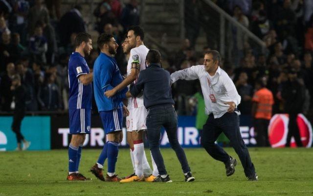 Des gardes de sécurité arrêtent des fans israéliens après le match Israël-Espagne au stade Teddy de Jérusalem, le 9 octobre 2017. (Crédit : Yonatan Sindel/Flash90)