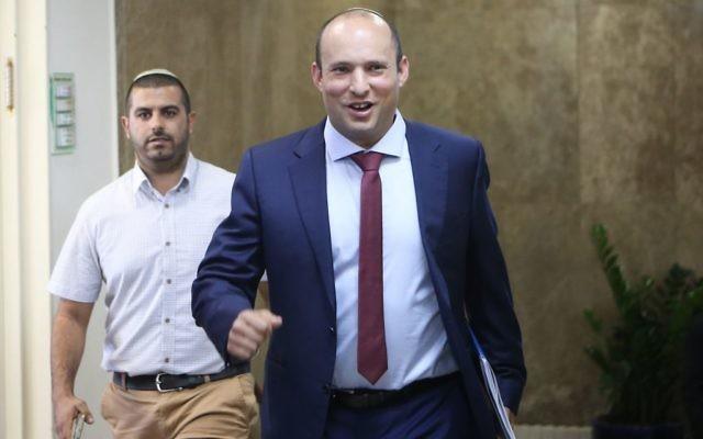 Naftali Bennett, ministre de l'Education, avec la réunion hebdomadaire du cabinet dans les bureaux du Premier ministre, à Jérusalem, le 15 octobre 2017. (Crédit : Alex Kolomoisky/Pool)